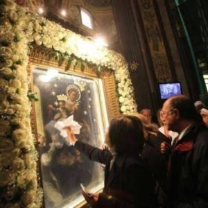 Fedeli a Pompei per il bacio al Quadro della Madonna