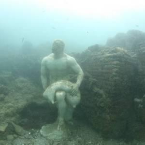 Antiche mura e sculture romane negli abissi di Baia