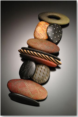 Armband aus der Serie Carved Stone - © Kathleen Dustin