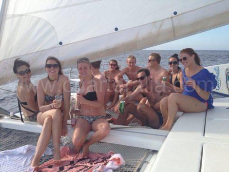 Reunião de amigos em um catamarã em Ibiza
