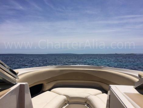 Assentos acolchoados a bordo do barco Sea Ray 230 para alugar com skipper em Ibiza