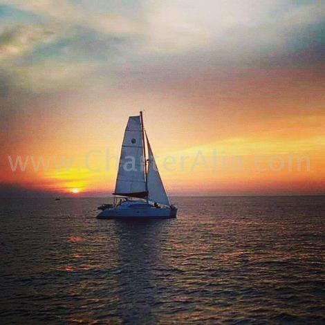 Catamara Lagoon 380 2018 da CharterAlia navegando ao por do sol