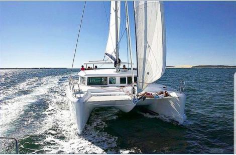 Catamara de aluguel em Ibiza Lagoon 420 vista frontal com trampolim