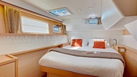 Dentro de cabine dupla do catamara Lagoon 40 charter em Ibiza