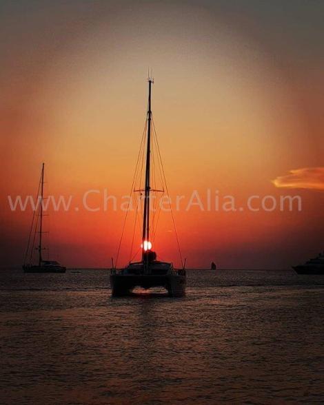O por do sol de catamara de charter em Ibiza sao uma maravilha