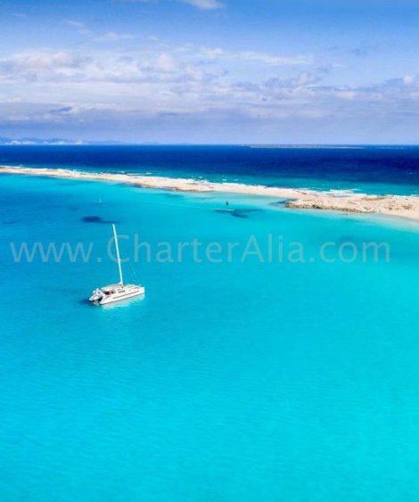 A imagem idilica do catamara Lagoon 380 lancado em 2019 na costa de Formentera e Espalmador