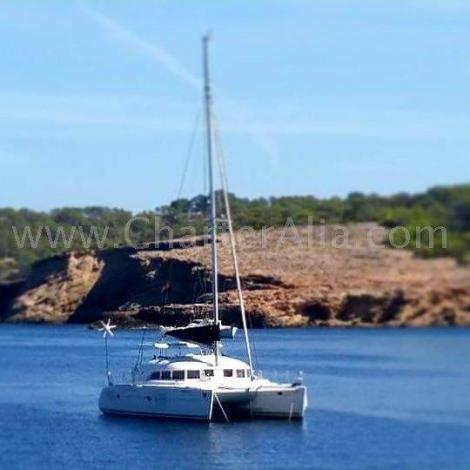 Catamara Lagoon 380 2018 ancorada na praia Cala Bassa em Ibiza