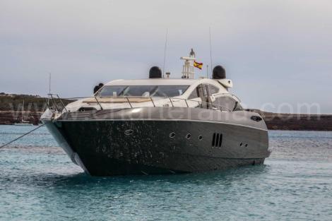 Vista frontal do cartao Predator Sunseeker 82 em Ibiza e Formentera