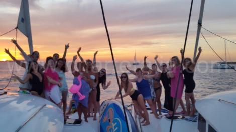 por do sol na frente do mambo e cafe del mar em dois barcos charter em ibiza
