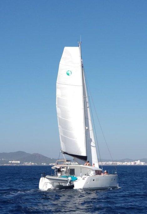 Mrs Robinson Lagoon 400 catamara navegando na Baia de San Antonio no oeste da ilha de Ibiza