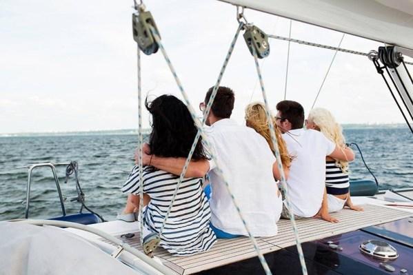 famiglia in barca a vela