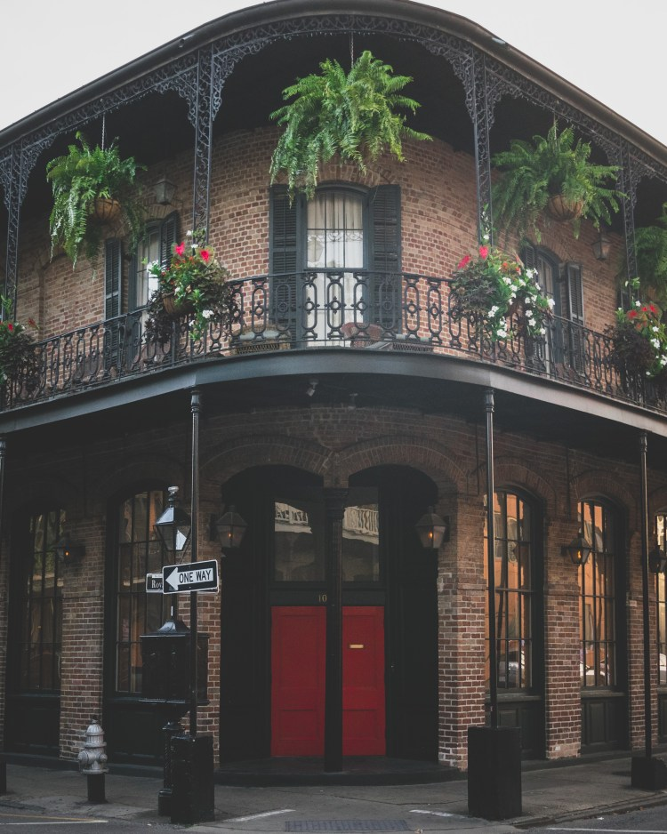 Five Things I Loved in New Orleans | These are things to experience in New Orleans whether you try to or not. The food, the alcohol, the culture, and more. All uniquely New Orleans. | French Quarter Architecture | Chasing Departures | #neworleans #whattodoinneworleans #louisiana #southernus #south #frenchquarter