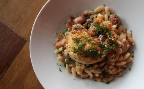 Esmorzar – botifarra, bacon, fried egg, sautéed white beans