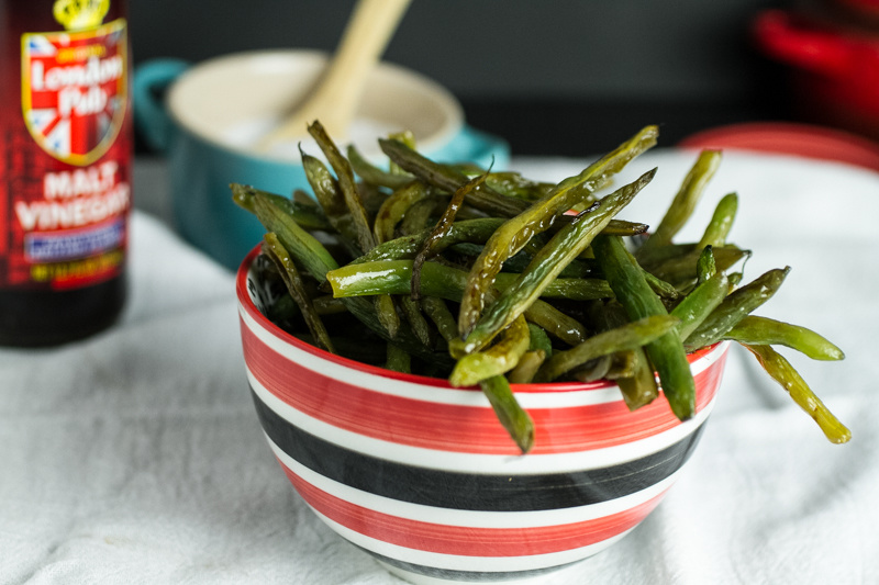 Oven-roasted green beans with salt and vinegar have all the tangy and salty flavors of salt & vinegar chips with none of the grease! | recipe from Chattavore.com