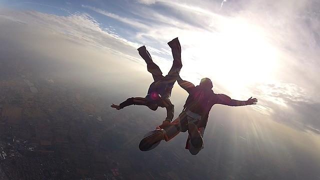 Originelle Männergeschenke - 5 testosterongeladene Ideen - skydive-101771_640