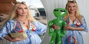 Abbie Bela olha para o céu em busca de outra ligação com seu amante interplanetário.