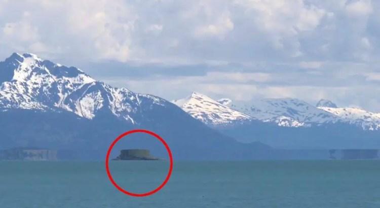 Uma misteriosa ilha flutuante em movimento aparece em uma geleira no Alasca