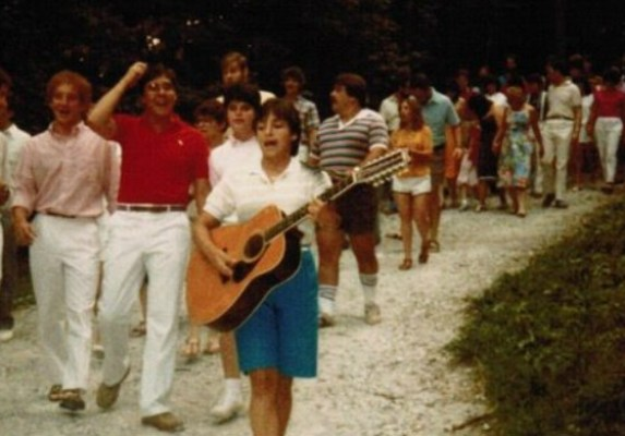 Female songleader Dawn Bernstein leads a group of campers in song in a photo from URJ GUCI camp in the 1970s