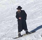 Unknown German Jew avoids Nazi captivity by escaping through the Swiss Alps (1939)