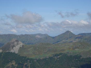 au loin , le Puy Mary