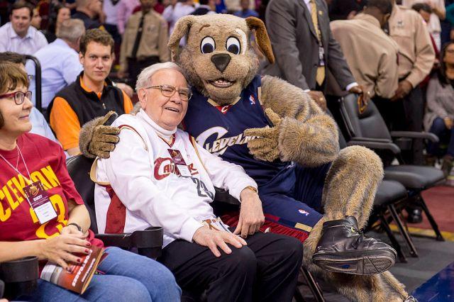 Warren Buffet goofs off with Cleveland Cavaliers mascot Moondog