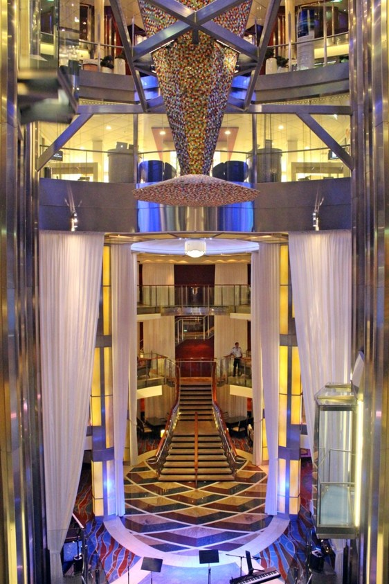 Das Atrium der Celebrity Equinox