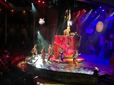 Show Ensemble der Celebrity Equinox