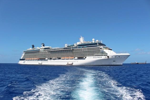 Die Celebrity Equinox auf Reede vor Grand Cayman