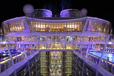 Symphony of the Seas bei Nacht