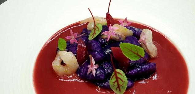 """MariaChiara Amzy Brannetti: """"Purple flavour"""", Gnocchi cotti in centrifuga di cavolo viola, crema di rapa rossa, cipolla croccante all'agro, gamberi rosa marinati al lime e venegres."""