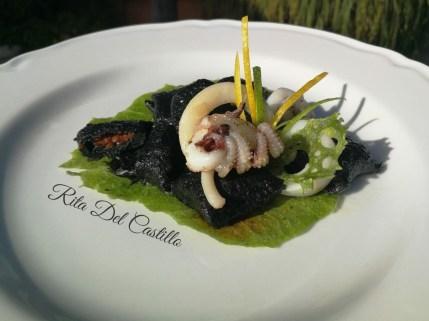 """Rita Del Castillo: """"Gnocchi di patata al nero di seppia , ripieni di pomodorini secchi sott'olio, seppia ai profumi d'agrumi su foglia di cialda al finocchietto selvatico""""."""