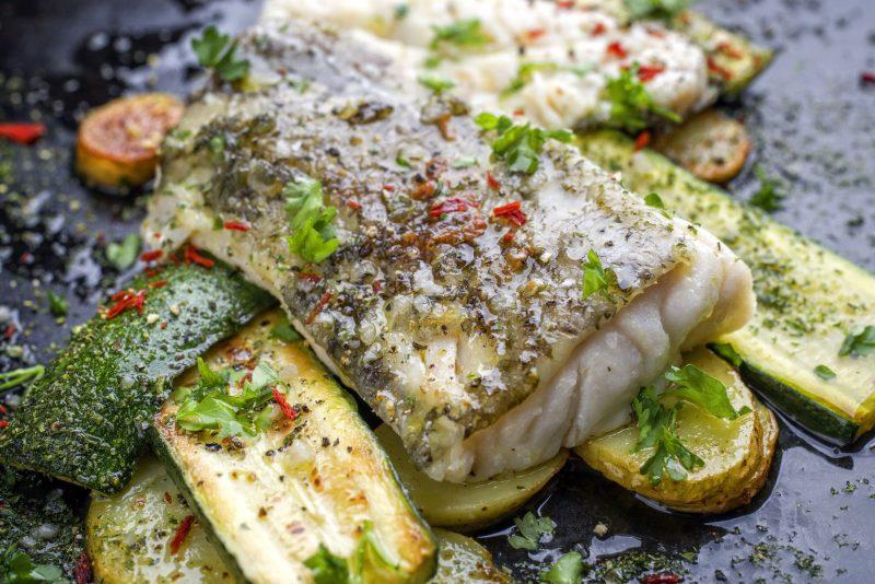 كيف تطبخ سمك القد في الفرن على وسادة البطاطا