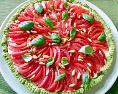 Crostata al profumo di pesto con pomodori
