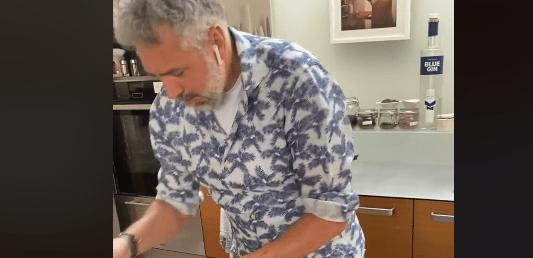 Roland Trettl streamt täglich aus seiner Küche zu Hause