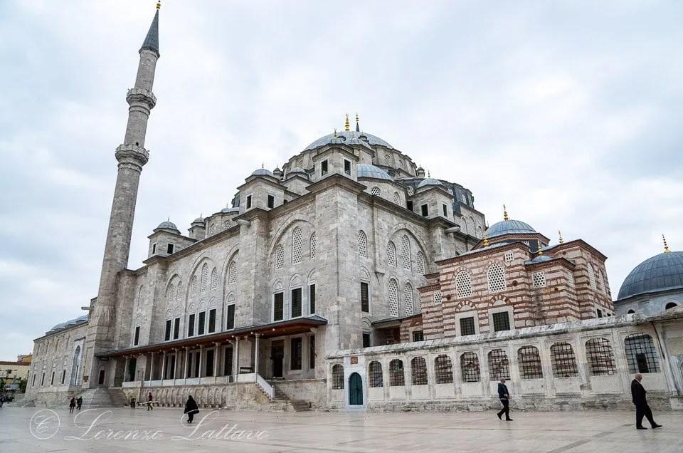facciata laterale della moschea di fatih a istanbul