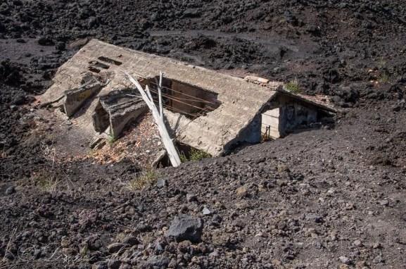 casa seppellita dalla lava sull'etna