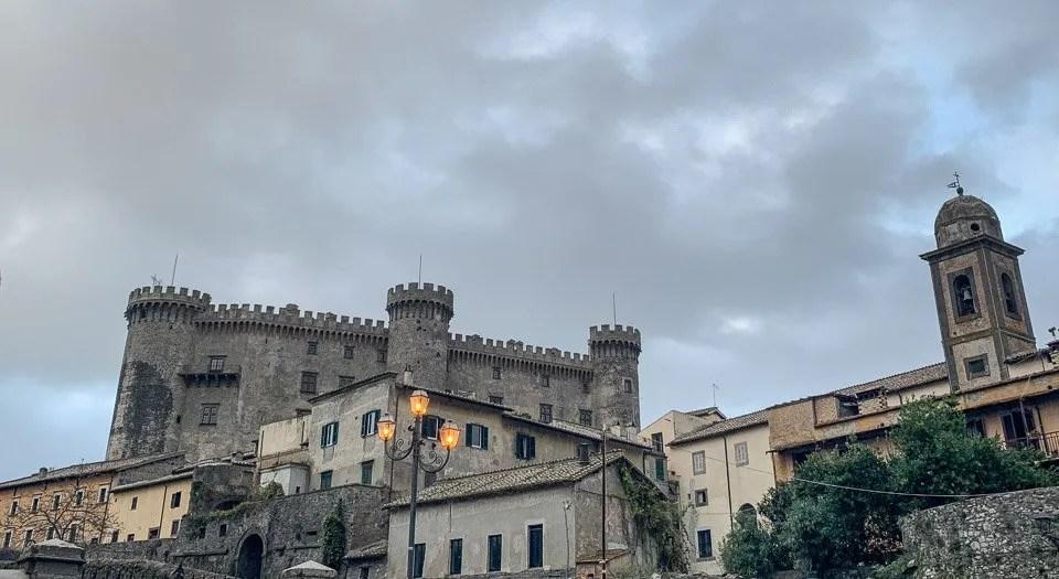 borgo medievale con il castello a bracciano
