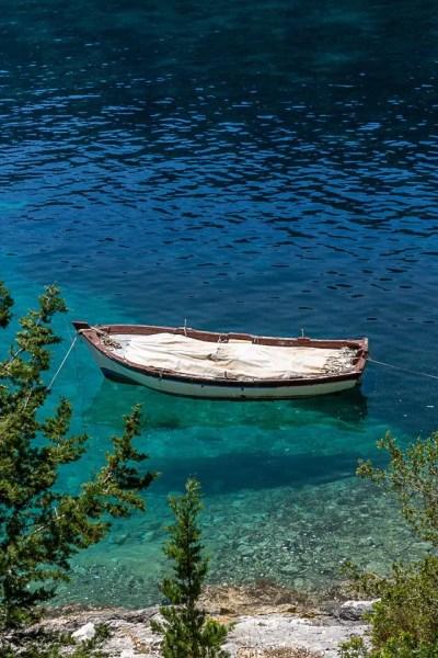 barca di pescatori a foki di cefalonia