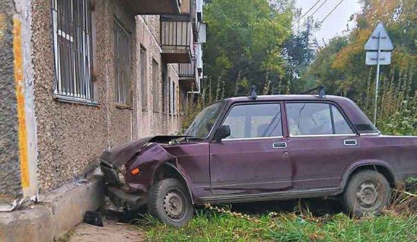 В Челябинске авто врезалось в жилой дом cheltvru