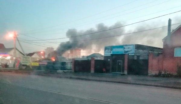Черный дым до небес и яркое пламя. В Челябинске вспыхнул ...