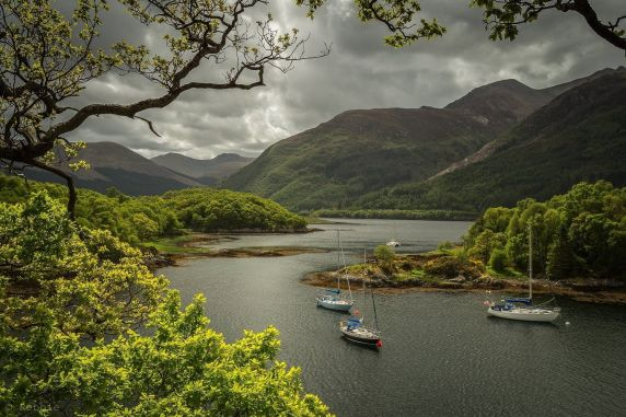Soyez à l'affût de la faune riche (comme des balbuzards pêcheurs, des martins-pêcheurs et des loutres) sur ce sentier circulaire plat autour des rives du Loch Leven. Admirez la vue sur le château de Lochleven, qui se trouve sur sa propre île au milieu du loch et arrêtez-vous déjeuner dans un délicieux restaurant comme Loch Leven's Larder.