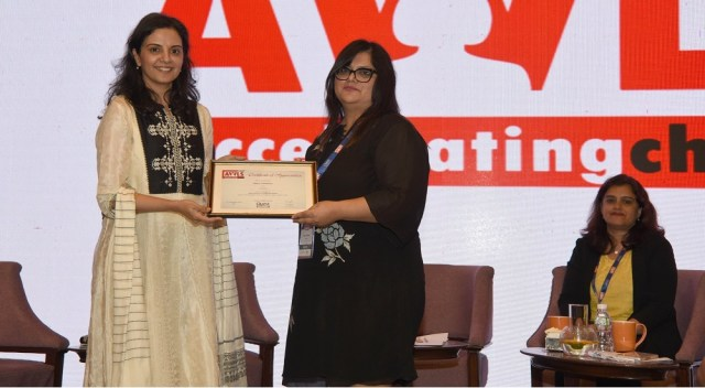 Tanya Chaitnya receiving the certificate