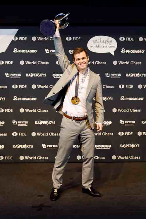 He doesn't need Stockfish... Magnus Carlsen holds the trophy aloft
