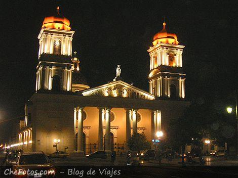 La Catedral Tucumana de noche