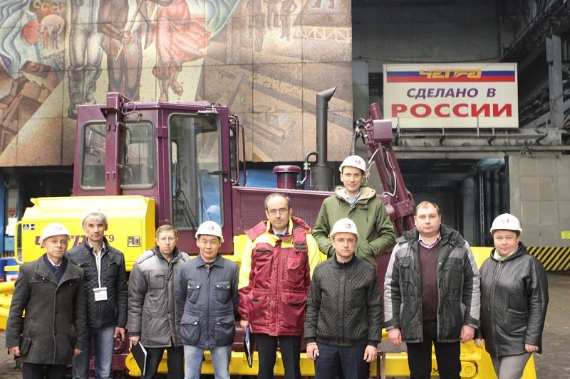 Делегация АЛРОСА, представители АО «ЧЕТРА-ПМ» и ОАО «Промтрактор» на заводе ОАО «Промтрактор»