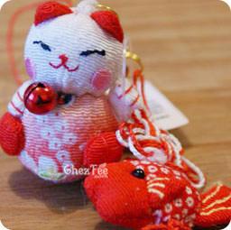 attache/accessoire pour portable - maneki neko rouge et carpe rouge - www.chezfee.com