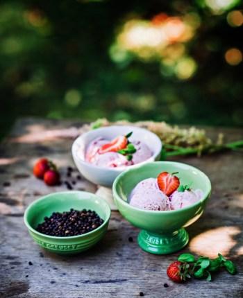 Glace à la fraise, au basilic et au poivre noir