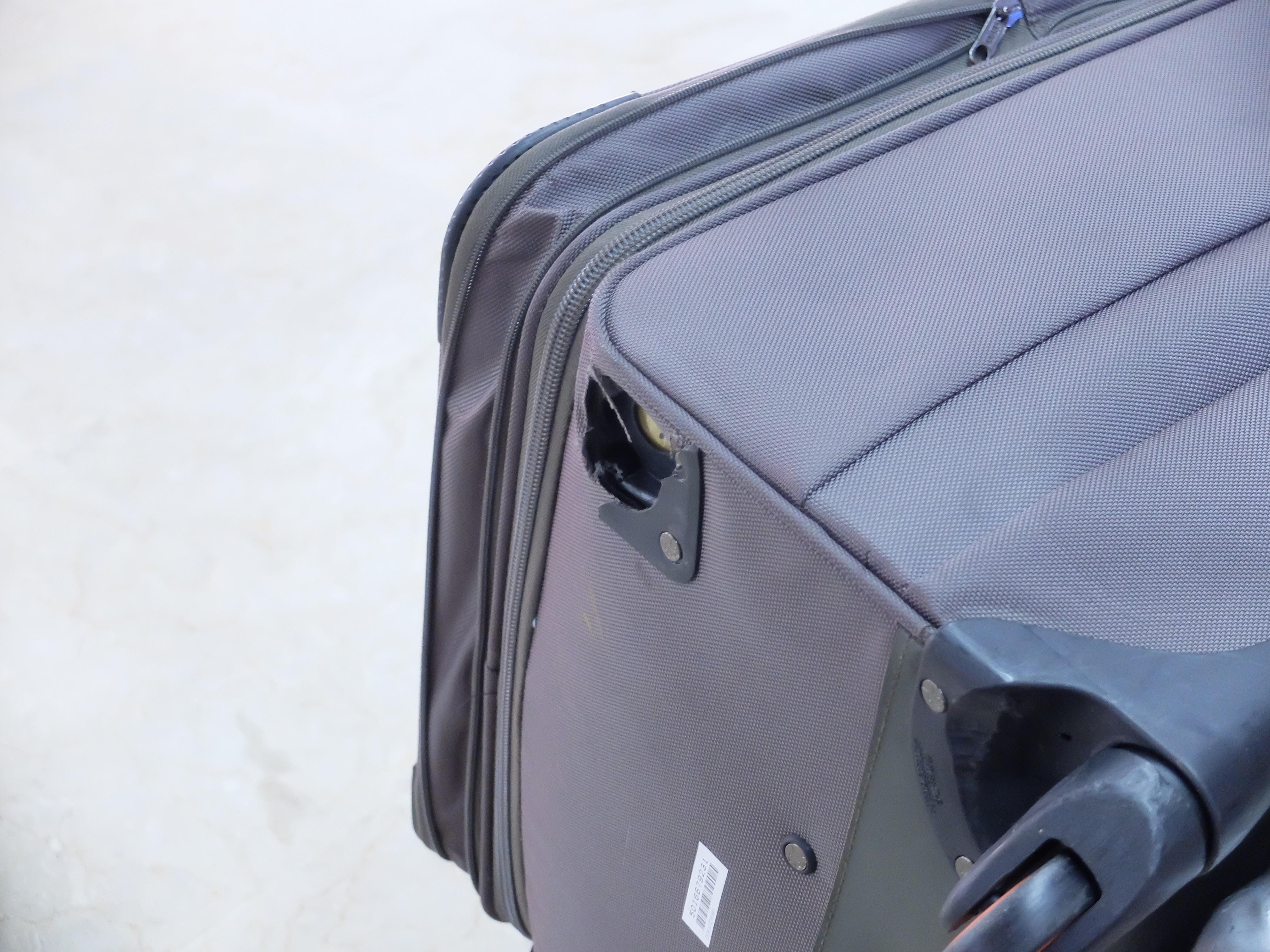 継ぎ接ぎだらけのスーツケースは旅の勲章?