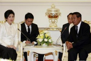 Cambodian Prime Minister Hun Sen (R) meets with Thai Prime Minister