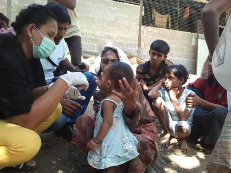 Thai aid workers help Rohingyas into Thailand